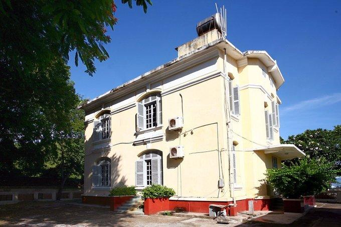 Các biệt thự khác lần lượt có tên là Les Agaves - Xương Rồng; Les Frangipaniers - Bông Sứ; Les Flamboyants - Phượng Vĩ (trong hình); Les Badamniers - Cây Bàng.